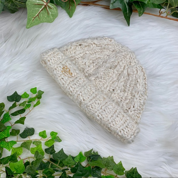 d7997c2124565 Roxy Slouchy Gold Specked White Chunky Knit Beanie.  M 5bf3a5d04ab63304d35c239b